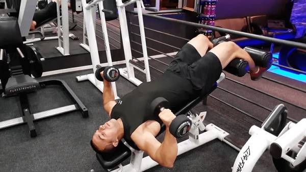 Cách tập cơ ngực bằng tạ tay với bài tập Decline Dumbbell Press